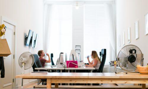 5 manieren om je hoofd koel te houden in een kantoor zonder airco