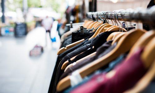 Tilburgse studenten protesteren tegen Primark met briefjes in kleding